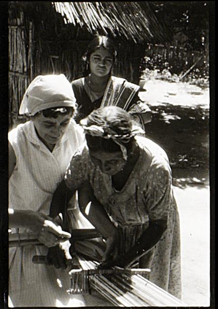 Josef Albers, Anni Albers and local weavers, Santo Tomás, Oaxaca, Mexico, 1956 (Detail). Courtesy of The Josef and Anni Albers Foundation 1976.7.578. Photo: Tim Nighswander/Imaging4Art. © The Josef and Anni Albers Foundation/Artists Rights Society, NY. D.R. © Josef Albers/ARS/VG Bild-Kunst/SOMAAP/México/2020.