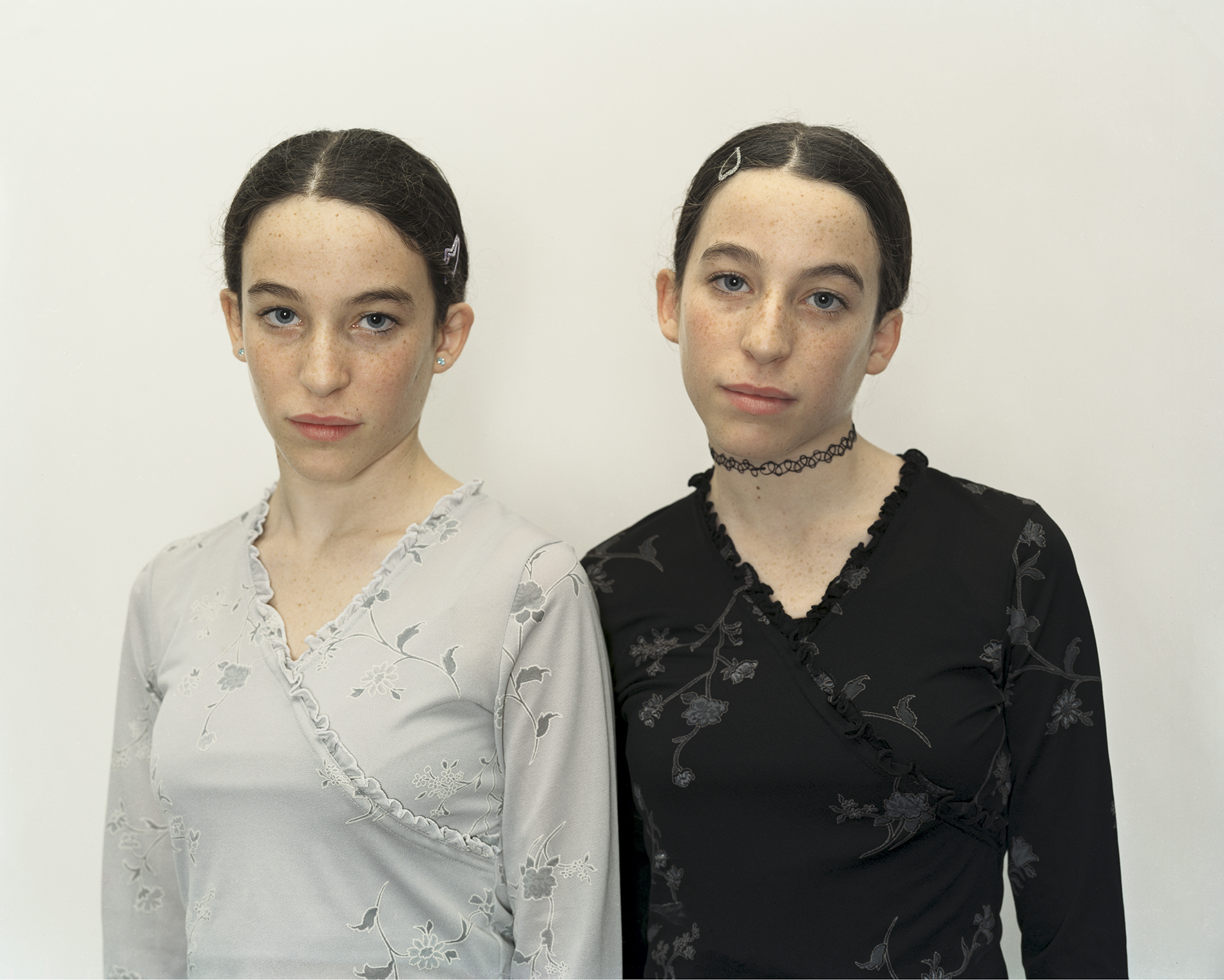 "Rineke Dijkstra, ""Chen and Efrat, Israel, 16 Dec. 2000,"" 2000. Archival inkjet print. Courtesy of the artist and Marian Goodman Gallery. Copyright : Rineke Dijkstra"